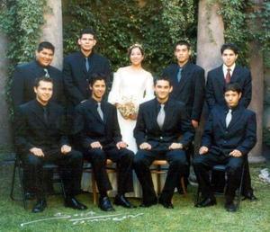 Srita. Margarita Martínez el día de su fiesta de quince años acompañada de sus chambelanes.