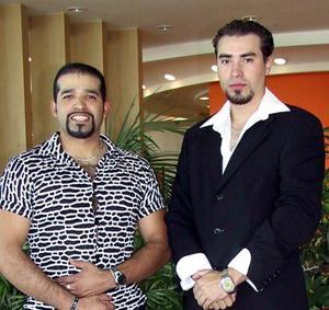 Héctor Fitness acompañado de Ricardo Manson en el festejo que se le organizó por su cumpleaños.