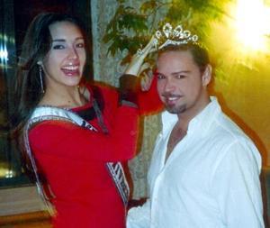 Javier Hernández captado en la ciudad de Nueva York fue captado junto de Amelia Vega, Miss Universo 2003.