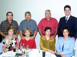 Francisco y Patricia de Blancarte; Manuel y Lupita de Alvarado; Alfonso y Lily de Amador, Ignacio y Marylú de Meneses, captados en pasado convivio social.