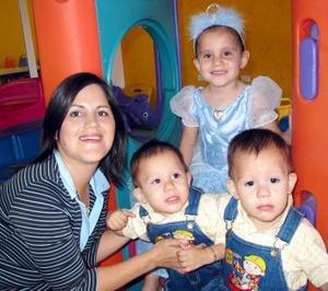Andrea Arzate Campos junto a su mamá Alma Campos de Arzate y sus hermanitos Alejandro y Alfredo en la fiesta que le organizaron por su cuarto cumpleaños.
