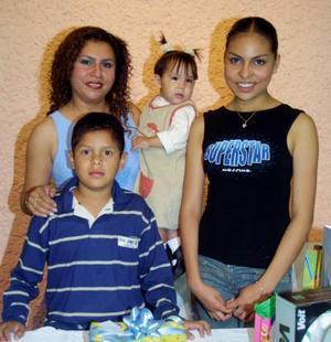 Carlos Fernando Galván Adame acompañado de su mamá, Diana Isabel Adame de Galván y por sus hermanas, en la fiesta infantil que le organizaron por sus 11 años de vida.