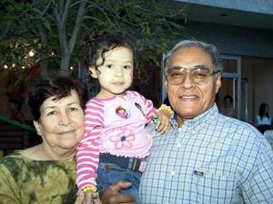 Enrique Hernández Mesta y Ludmila Mesta Cárdenas sáenz acompañaron a su nieta Melania Hernández Coronado en su cumpleaños.