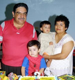 Fernando de Jesús Aguilar García acompañado de sus papás Jesús Aguilar y Ma. Francisca García y por su hermanito en la fiesta que le organizaron por su tercer cumpleaños.