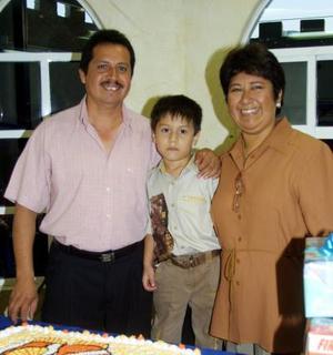 Johan Olaf Martínez Sánchez acompañado de sus padres, los señores Lucas Martínez Ramírez y Gabriela Sánchez de Martínez.