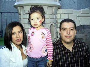 Melania Hernández Coronado acompañada de sus padres, Marcelo Hernández Cárdenas y Adriana Coronado de Hernández en el festejo por su cumpleaños.