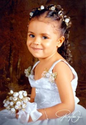 Niña Andrea Alexsandra Estrada Nevárez en una fotografía de estudio  con motivo de sus tres años de vida.
