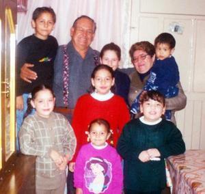 <u> 16 de  noviembre </u> <p>  José Luis Rivera Cháirez y Graciela Lara de Rivera festejaron 35 años de matrimonio en la foto aparecen acompañados de sus nietos.