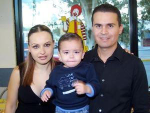 Diego Antonio junto a sus papás Francisco Javier Samaniego y Érika  González de Samaniego, en el festejo que le prepararon por su cumpleaños.