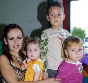 <u> 17 de noviembre </u> <p>  Mayela González de González junto a los pequeños  Javier, Andrea y Marifer en pasado convivio infantil