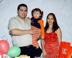 Melissa, acompañada de sus papás Jorge Zermeño Delgadillo y Karina Fernández de Zermeño en su fiesta de cumpleaños.