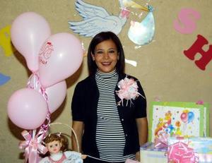 Cinthia Silvia de Guzmán en la fiesta de canastilla que le ofrecieron por el próximo nacimiento de su bebé