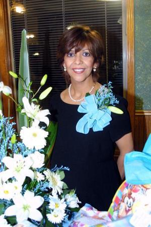 Dra. Pilar Sánchez  de Jáquez lució feliz en su fiesta de canastilla.