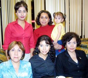 María Lorena Pérez López acompañada de sus familiares en el convivio que le ofrecieron por su cumpleaños.