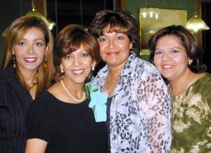 Dra. Pilar Sánchez  de Jáquez acompañada de sus hermanas Lilia, Patricia y Coquis en la fiesta de canastila que ofrecieron al bebé que espera