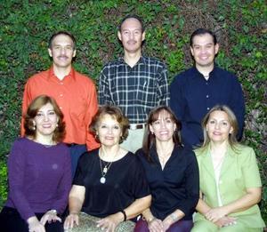 <u> 18 noviembre 2003 </u> <p>  Señora Judith Emery González acompañada de sus hijos Tomás, Roberto, Carlos, Mayela Patricia y Sonia, en el festejo que le organizaron por sus 70 años de vida.