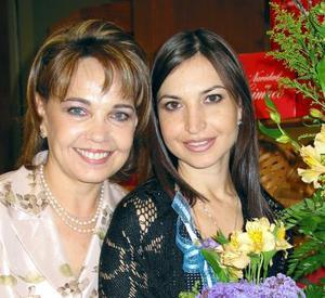 Brenda Arizpe Garza acompañada de su mamá la señora Patricia Garza de Arizpe en su segunda despedida de soltera.