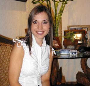 Señorita Brenda Arizpe Garza en la despedida de soltera que le ofrecieron por su próximo enlace nupcial con Roberto Moreno Rodríguez.