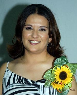 Jéssica Gabriela Gutiérrez, en la despedida de soltera que le ofrecieron por su próximo matrimonio con Édgar Gómez.