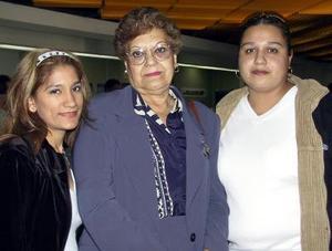 Edna Salcedo de Carlos viajó a Los Ángeles y fue despedida por Yessica Mata y Mayra Carlos.