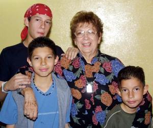 Carolina Jover celebró su cumpleaños con una fiesta que le ofrecieron sus hijos. La acompañan  en la fotografía sus nietos.