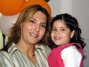 Daniela A.Sánchez Seceñas acompañada de su mamá Mary Seceñas en la fiesta que le ofreció por su quinto cumpleaños