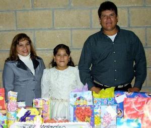 Lourdes Bibiana acompañada de sus papás David Federico Sosa Rodríguez y Lourdes Carrillo de Sosa