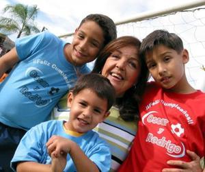 <u> 20 de noviembre </u> <p> Óscar y Rodrigo González Reyes con su abuelita Andrea Rodríguez Ruiz y su primo Raúl Barraza Reyes
