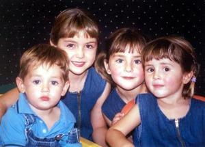 <u> 21 de noviembre </u> <p> Regina, Bárbara, Priscila y Javier de la Peña Schott captados en pasado festejo infantil.