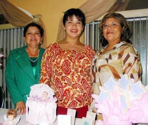<u> 19 noviembre 2003 </u> <p>   Violeta Juárez de Marín acompañada de las organizadoras de su fiesta de canastilla, Paola de Marín y Graciela de Juárez.