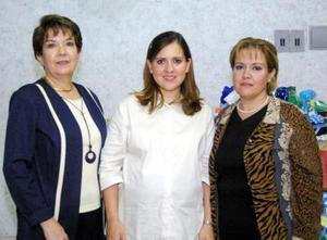 Elda Teresa  Moreno Ortuño acompañada de Blanca Morales de González y Laura Ortuña de Moreno, en la fiesta de canastilla que se le ofreció en días pasados.