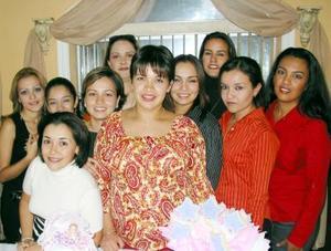 <u> 21 noviembre 2003 </u> <p>  Violeta Juárez de Marín acompañada de un grupo de asistentes a su fiesta de canastilla, celebrado en días pasados.