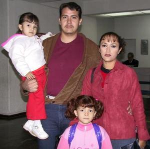 <u> 19 de noviembre </u> A Tijuana viajaron Nohemí Acosta y las niñas Sasrahí y Daniela Valencia. Las despidió su papá José Luis Valencia.