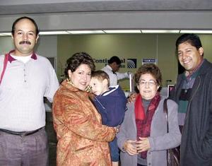 Cecilia de Lastra y José Manolo Lastra viajaron a Houston, Texas. Los despidió María del Carmen Escamilla, Jorge Carmen y Eduardo Cardiel.