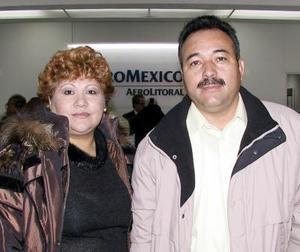 A la Ciudad de México viajaron Salvador Martínez y Laura de Martínez.