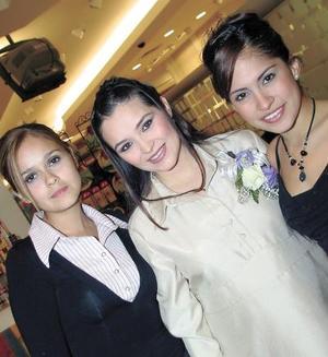 Adriana Arroyo de Chew acompañada de Shelssea Arroyo de Armendáriz y Liliana Mayela Reyes Arroyo en la fiesta de canastilla que se le ofreció.