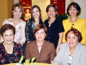 Brenda Arizpe Garza acompañada de las anfitrionas de su despedida de soltera efectuada en fechas pasadas.