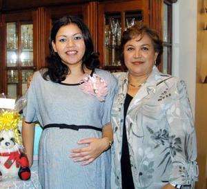 Lizeth Dena de Rivera en la fiesta de canastilla que le preparó Verónica Alvarado de Rivera.