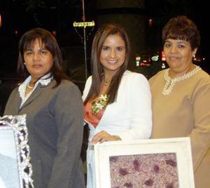 Sandra Gloria Martínez Pérez acompañada de  las organizadoras de su despedida de soltera; las señoritas Guadalupe Pérez de Martínez y Alicia Martínez de Padilla.
