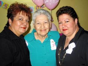 <u> 22 de noviembre </u> <p>  Señora Ana de Garza, acompañada por sus hijas Alejandra y María Socorro Garza en pasado convivio.