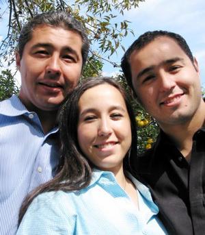 <u> 23 de noviembre </u> <p> Víctor, Cristy y Roberto Moreno Rodríguez en pasado festejo familiar