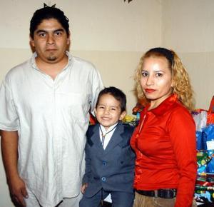 Arturo Ortiz Rayas con sus papás Julio y Blanca Rayas de Ortiz en la fiesta de cumpleaños que le organizaron en días pasados.