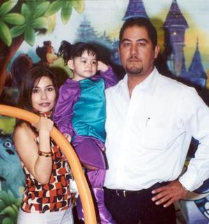 La pequeña Ivana Torres Guerrero acompañada de sus papás, Iván Torres y Eunice Guerrero en su fiesta de cumpleaños.