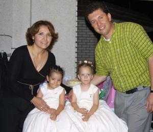 Las pequeñas Sandra y Beatriz Máynez Martínez acompañadas de sus papás José Gabriel Máynez Mora y Selene Martínez Navejas