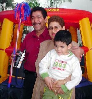 Niño Irving Castillo Villegas, celebró el pasado nueve de noviembre su cumpleaños con una divertida fiesta infantil organizada por sus padres quienes lo acompañan.