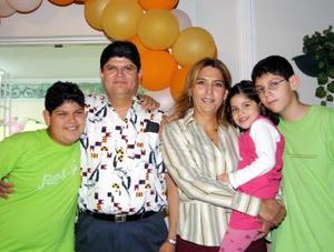 Daniela Sánchez Seceñas acompañada de sus papás Maru Seceñas y Jorge Sánchez y de sus hermanos Jorge y Atlan  en su fiesta de cumpleaños.