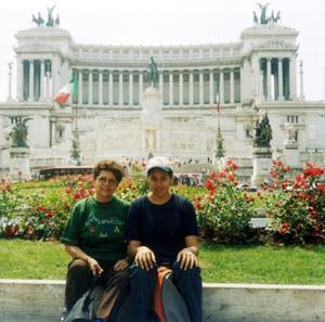 Esperanza Valdez de Guerrero y María de los Ángeles Guerrero, captadas en la plaza Florencia en un viaje de placer que realizaron a Roma, Italia.