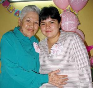 Fabiola Méndez de Cerceda junto a su abuelita, señora Ana de Garza en la fiesta de regalos que le ofrecieron en días pasados.