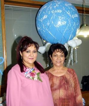 Griselda Robles Espino acompañada de su mamá la señora María Cristina Espino de Robles en la fiesta de regalos que le organizó por el próximo nacimiento de su bebé.