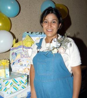 Isis Gabriela Morado de Ibáñez fue felicitada en la fiesta de canastilla que se le organizó por el próximo nacimiento de su bebé.